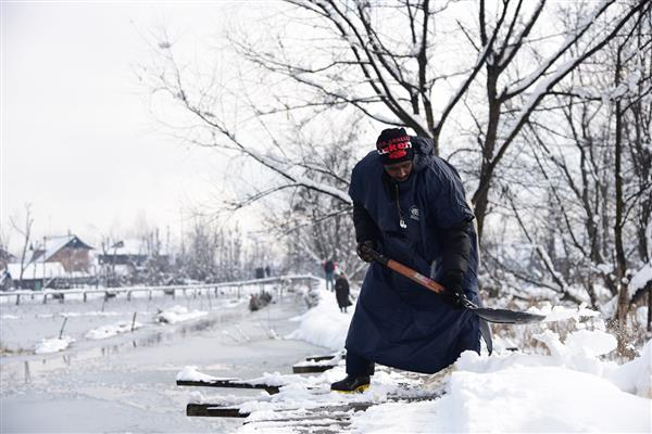 Normal life disrupted as snow blankets Kashmir
