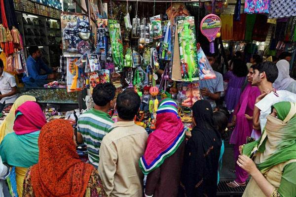 Hustle and bustle in markets ahead of Eid-ul-fitr