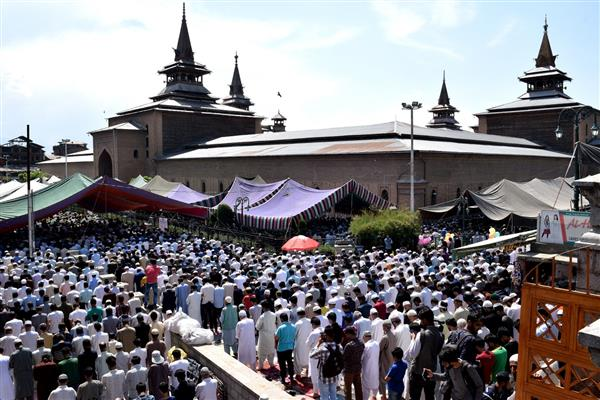 Jumat-ul-Vida observed with religious fervour in JK; Thousands join congregational prayers
