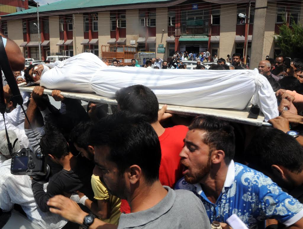 Mourners carrying body of pulwama youth killed in forces action. (Pic by Umer Asif/KNS)