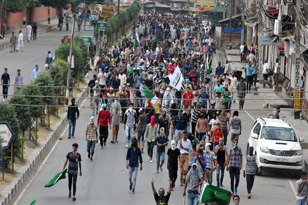 Youth defy relaxation, impose shutdown in Srinagar