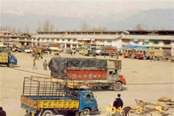 Parimpora Fruit Mandi traders to go on indefinite strike from Monday, supply to be ...