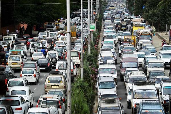 Massive traffic jams irk commuters in Srinagar