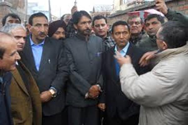 Congress delegation visits fire sufferers Mujahid Manzil