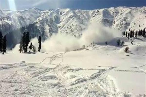Foreign skier dies, another rescued after avalanche hits Gulmarg
