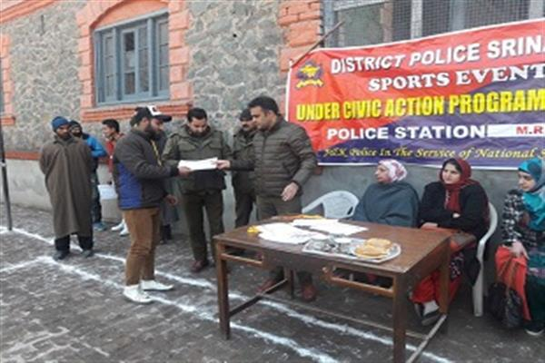 Maharaj Gunj Police Station organize sports events at private school