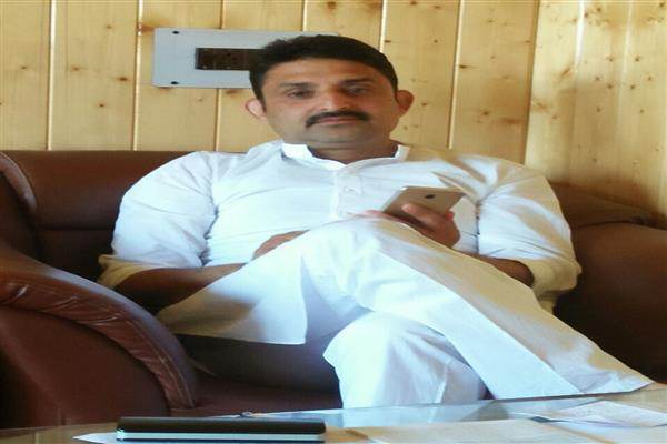 Prove I am JK Bank defaulter, I will resign: Yasir Reshi to Akbar Lone