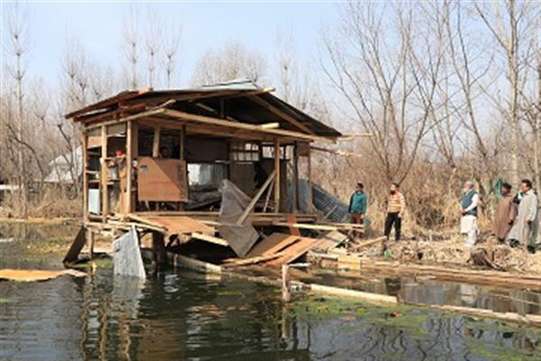 LAWDA demolishes five illegal structures around Dal Lake