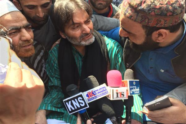 JRL leaders, activists stage sit-in outside Jamia Masjid