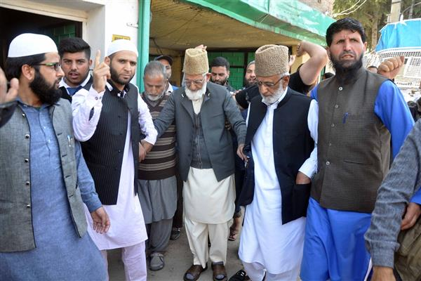 Geelani offers congregational Friday prayers after 8 years