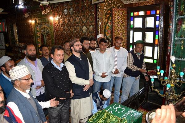 Mirwaiz visits Khankah-e-Moula shrine