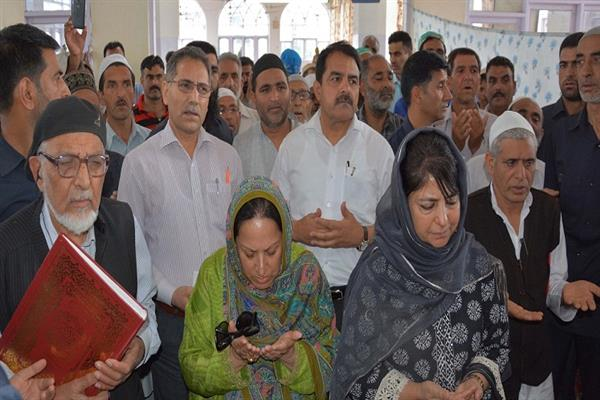 CM visits Madinatul Uloom, pays obeisance at Dargah Hazratbal