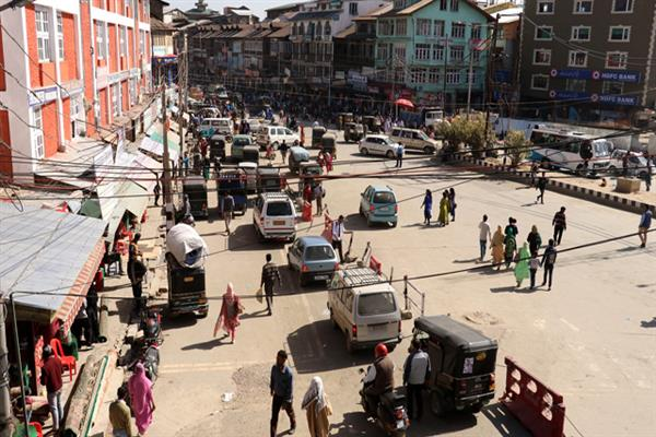 Pedestrians have free walk in Lal chowk as IGP Rath vacate vendors