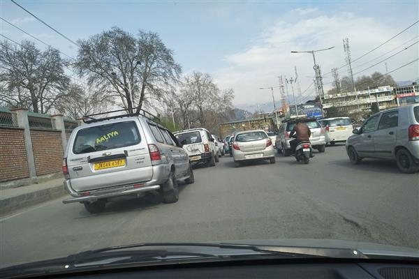 Passenger vehicles coming from South Kashmir violate restrictions, create massive traffic james in city centre