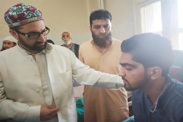 Mirwaiz visits SMHS to inquire about health of injured youth