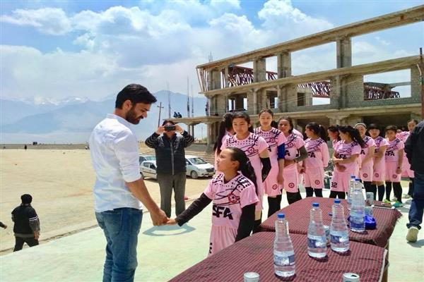 Waheed Para visits play fields and SFA in Leh