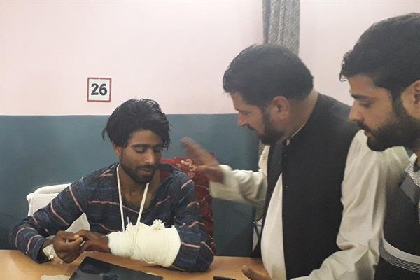 Hurriyat (G) delegation visits B&J hospital, enquires about health of injured persons