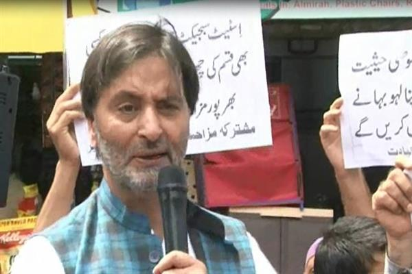 Malik leads protest against abrogation of Art 35-A, plight of prisoners