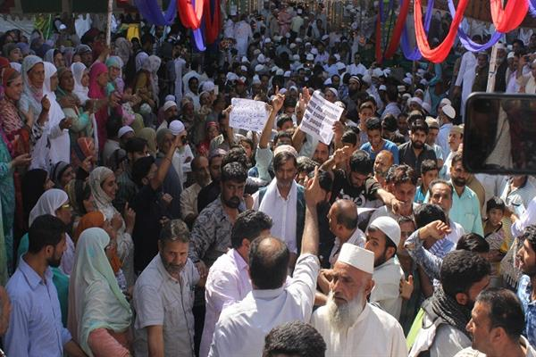 Malik leads protest outside Khakah-e-Moula