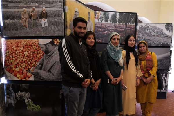 IUST's Journalism students interact with prominent photographers