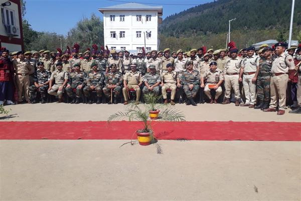 DGP, GOC 15 Corps visit Handwara, hold joint security review