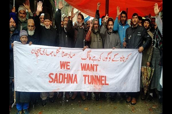 Karnah shuts to demand construction of tunnel at Sadhna top