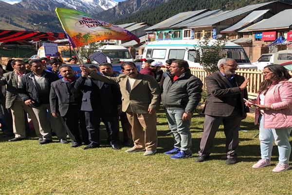 Dr Kabir, Commissioner Food Safety Flagges off Swasth Yatra campaign from Sonamarg