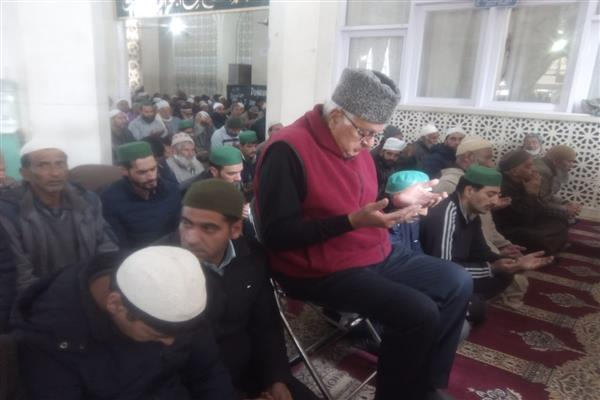 Dr Farooq offers congregational Friday prayers at Hazratbal