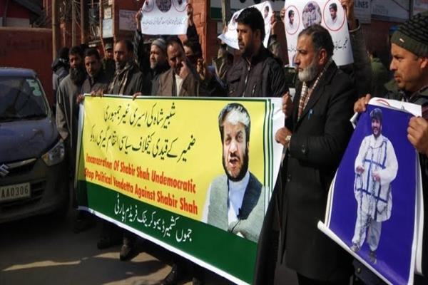JKDFP holds protest against continuous incarceration of Shabir Shah