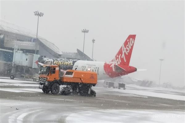 Snowfall disrupts life in Kashmir, Beacon clears airport runway