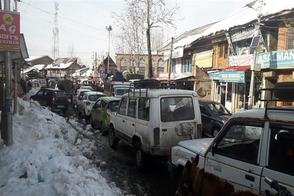 Admn's claims on snow clearance draw a flak at Handwara, traffic jams galore