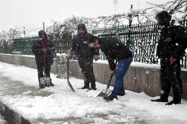 Dy Mayor directs SMC employees to clear snow from lanes, by-lanes in city