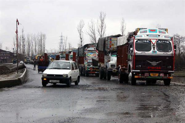 Fresh snowfall, landslides shut Srinagar-Jammu highway