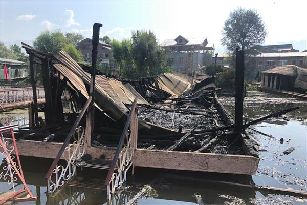 2 houseboats go up on flames in Nigeen Lake