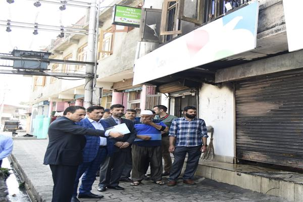J&K Bank Chairman visits Botshah Mohalla business unit, inspects downtown branches
