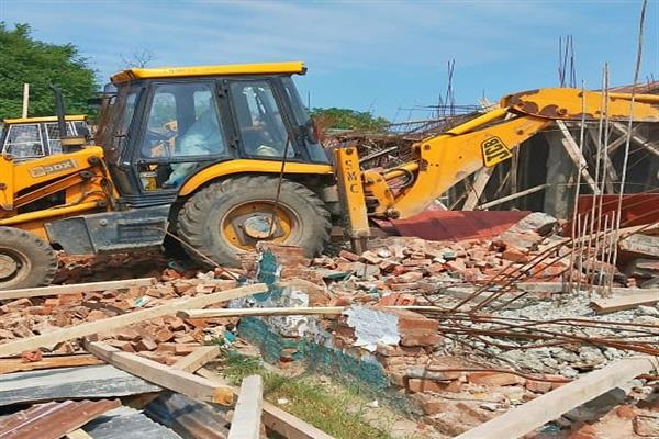 SMC's enforcement squad demolishes 15 shops in Hawal