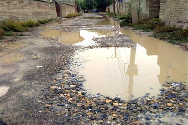 Residents complain of bad roads at Mushtaq colony, Hyderpora