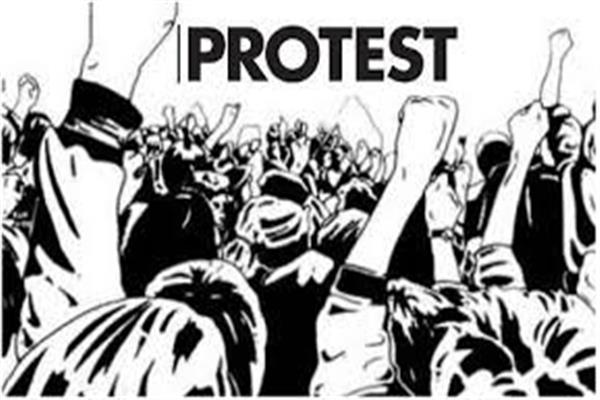Contractors stages protest over non availability of BDOs in Anantnag