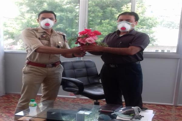 Police welcomes doctors with flowers in Uri hospital