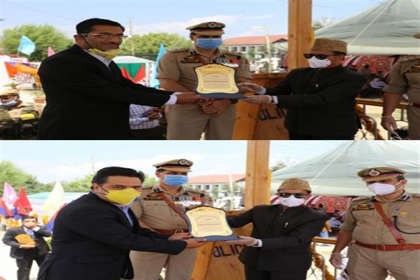 DC Baramulla awards two Drug Officers during August 15 celebrations