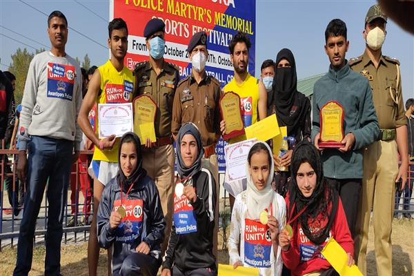Awantipora Police Organizes Run for Unity, SSP Distributes Cash reward and Certificates