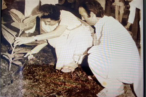 Ghulam Nabi Azad pays tribute to former PM Indira Gandhi on her 36th death ...